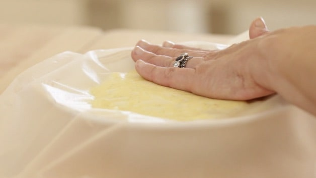 Covering pastry cream with plastic wrap