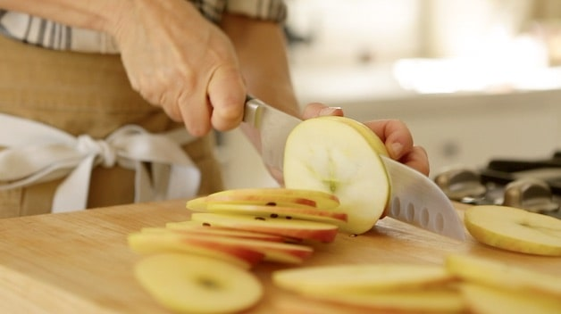 Slicing apples into thin slices