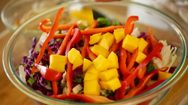 Mango, red pepper and cabbage in bowl