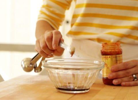 Measuring sesame oil for noodles